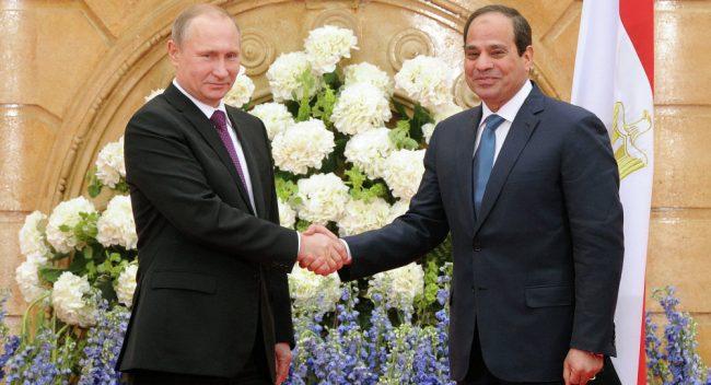 Alors que Trump s'emmêle les pinceaux, le maître d'échecs Poutine va au Caire