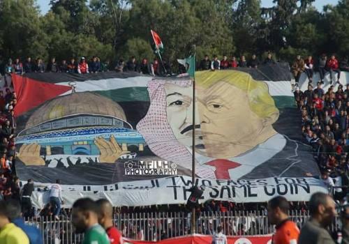 Banderole caricaturant le roi Salman : les Saoudiens menacent l'Algérie