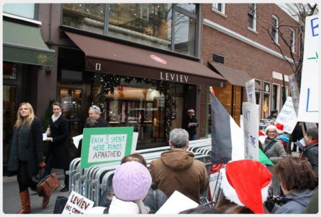 A New York, les militants de la campagne BDS célèbrent la fermeture d'un magasin de l'apartheid (vidéo)