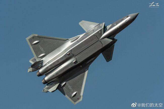 Chine: en attendant le chasseur-bombardier autonome de 6e génération «Dark Sword» (Sabre Noir), le Chengdu J-20 est produit en masse